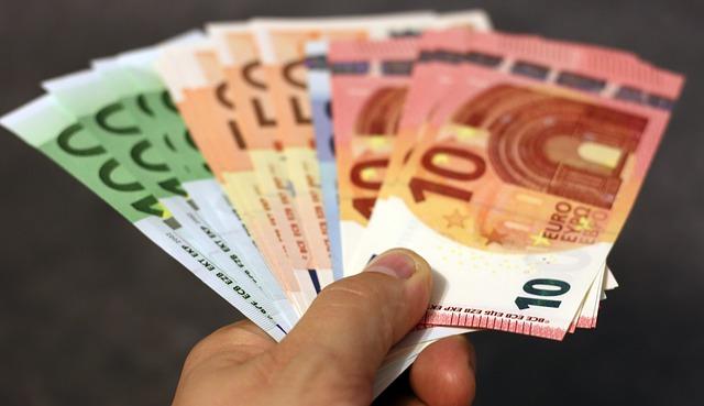 Euro Scheine in der Hand